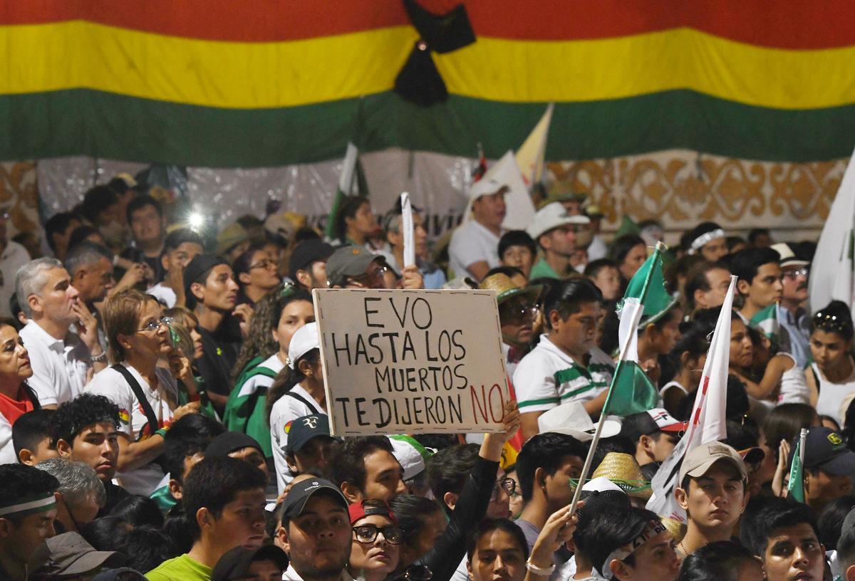Honderde duisende stem woedend oor die reaksie van die Boliviaanse leier op bosbrande
