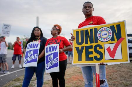 UPDATE 1-Main issues in UAW-GM labor talks narrow to wages, pensions -source