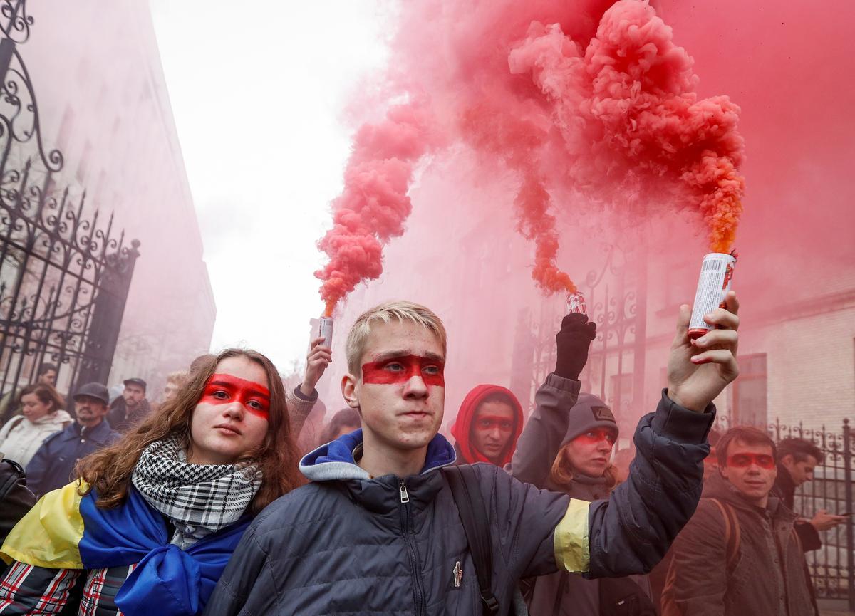 Duisende hou saam in Kiëf om outonomieplan vir Oos-Oekraïne te protesteer