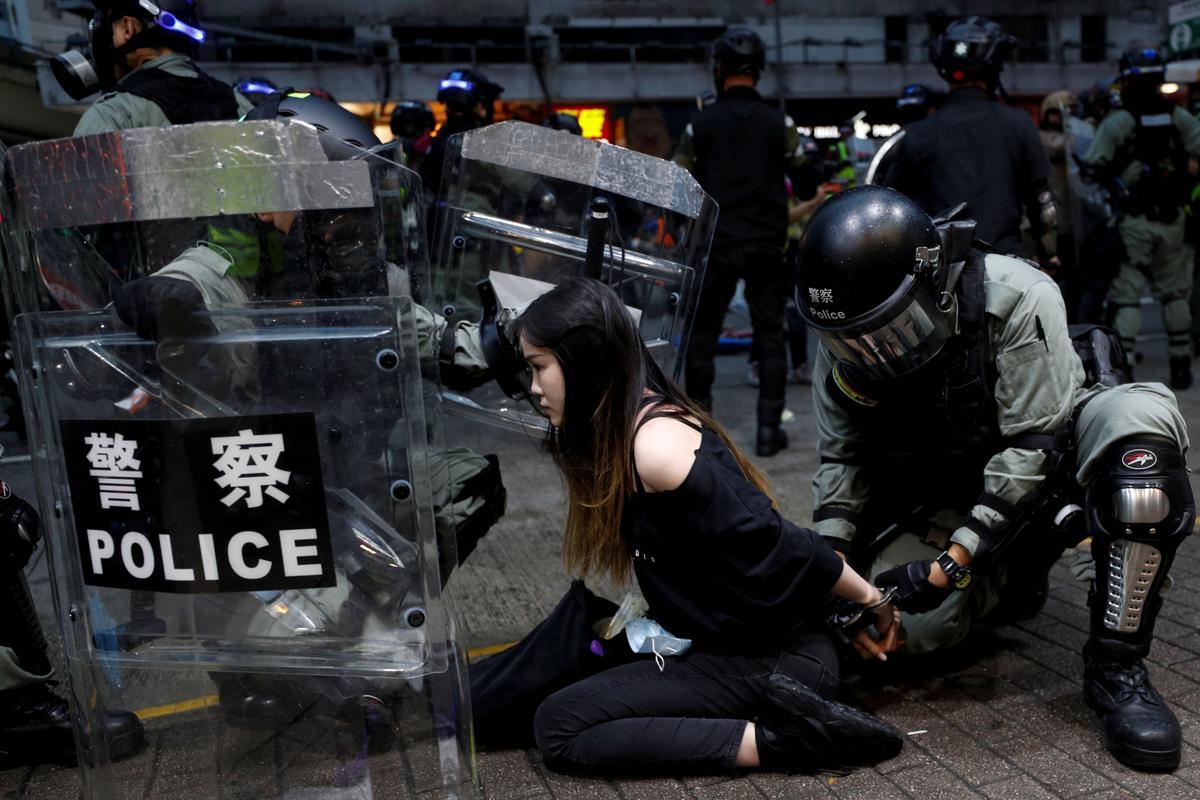 Chinese soldate in Hong Kong waarsku betogers omdat noodreëls nie die onrus onderdruk nie