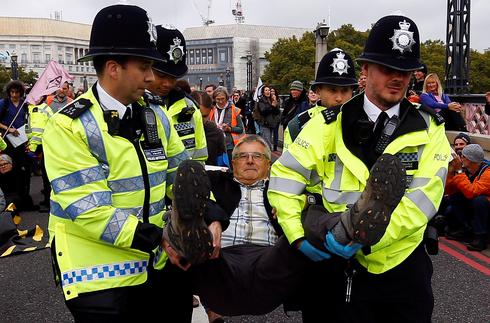Climate change protests snarl up central London