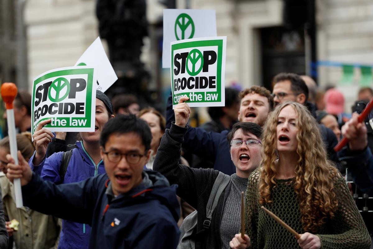 'Jammer, dit is 'n noodgeval': Klimaatbetogers versper strate regoor die wêreld