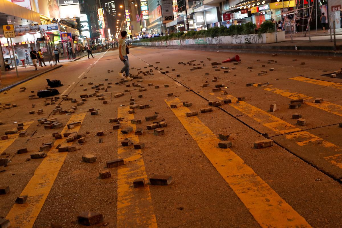 Hongkong-polisie se vertoning van krag op straat, deur inwoners ingehaal