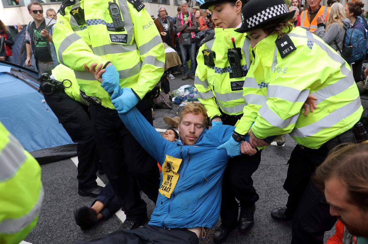 Honderde inhegtenisnemings as aktiviste in Londen vir klimaatsverandering belowe meer protes