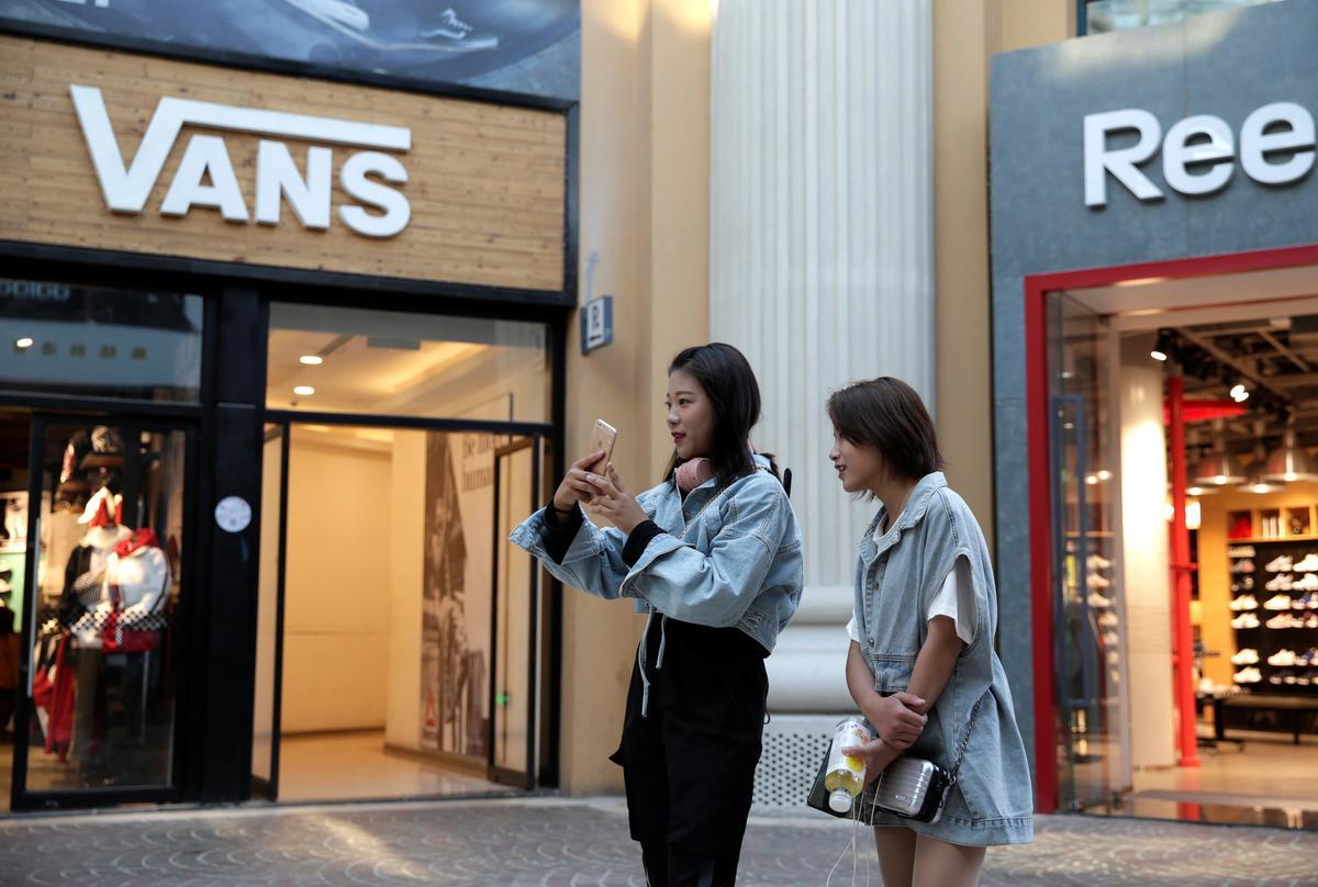 Skoenmaker Vans trap baie soos China vurig oor die protes in Hong Kong