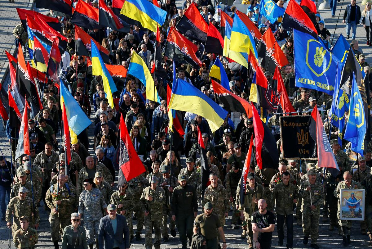 Thousands march in Kiev in protest against Donbass peace plan