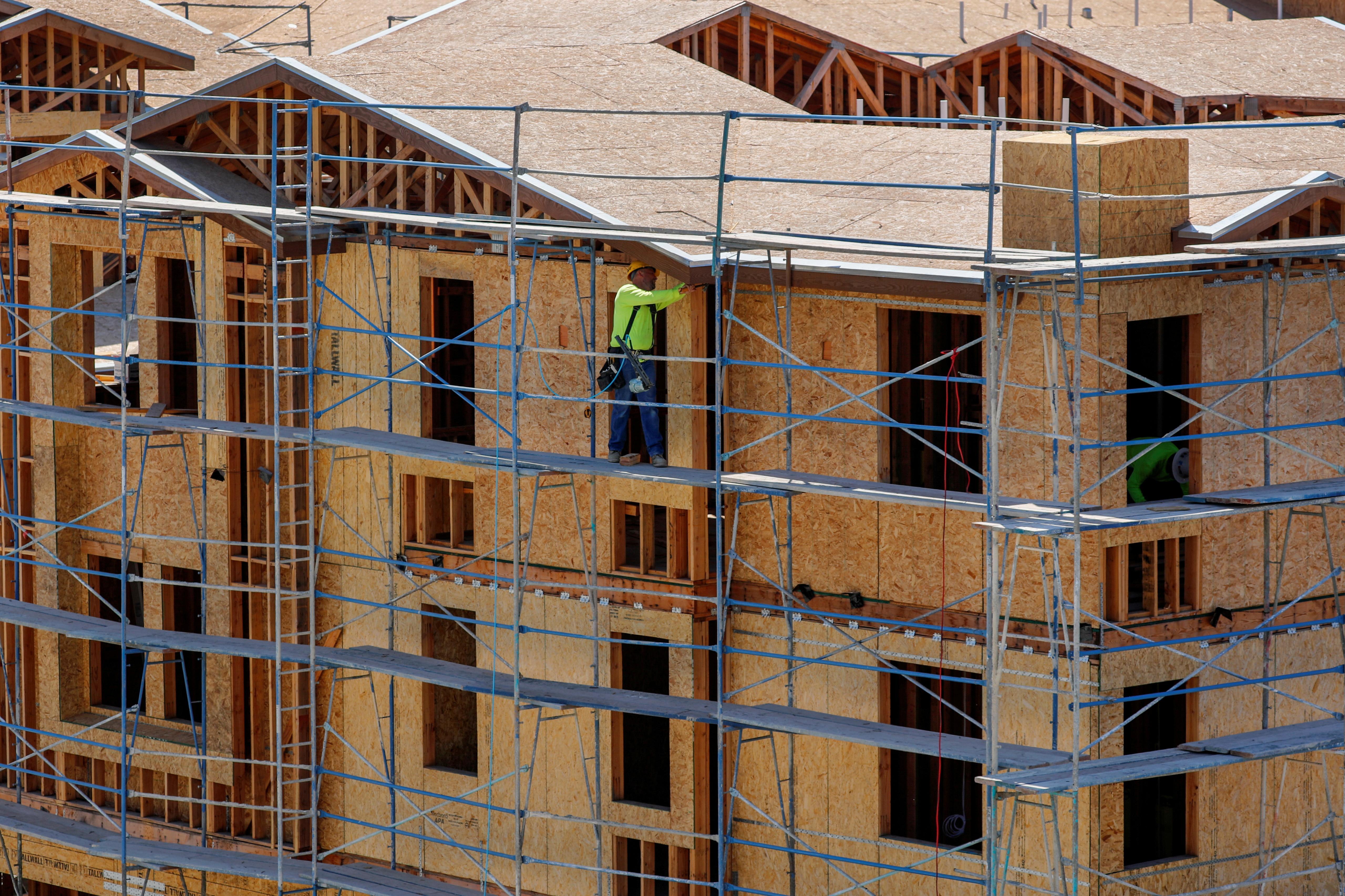 U.S. homebuilding retreats, manufacturing still struggling