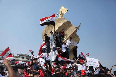 Defying crackdown, thousands of Iraqis keep protesting