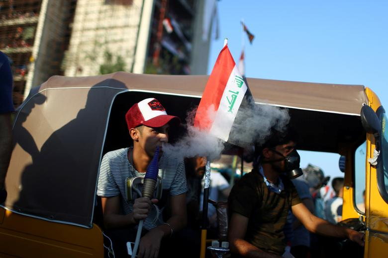 Iraklı bir gösterici 1 Kasım'da Bağdat'ta devam eden hükümet karşıtı protestolar sırasında nargile içiyor. REUTERS / Ahmed Jadallah