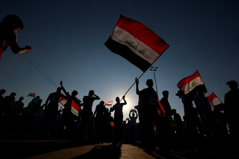 Göstericiler, 1 Kasım'da Necef'te hükümet karşıtı protestolara katıldıkları için Irak bayraklarını tutuyorlar. REUTERS / Alaa el-Marjani