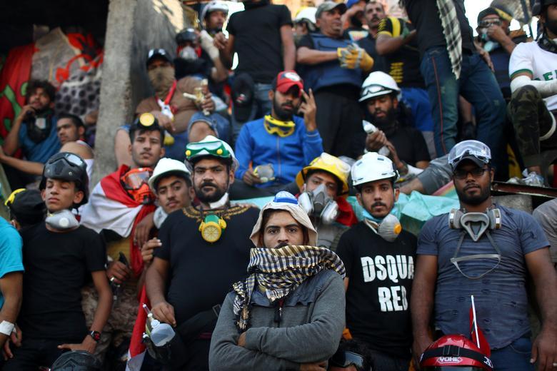 Iraklı göstericiler 1 Kasım'da Bağdat'ta devam eden hükümet karşıtı protestolar sırasında kameraya poz veriyorlar. REUTERS / Ahmed Jadallah