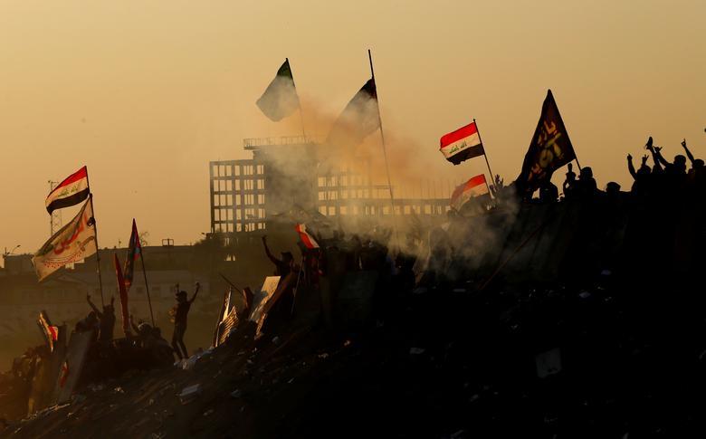 Iraklı göstericiler 1 Kasım'da Bağdat'ta hükümet karşıtı protesto gösterilerine katıldılar. REUTERS / Thaier Al-Sudani
