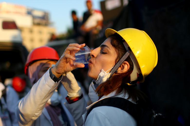 Iraklı bir sağlık personeli, 1 Kasım'da Bağdat'ta devam eden hükümet karşıtı protestolar sırasında su içiyor. REUTERS / Ahmed Jadallah