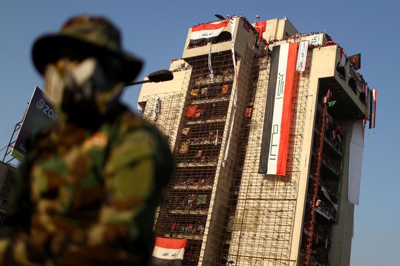 Iraklı göstericiler, devam eden hükümet karşıtı protestolar sırasında 1 Kasım'da Bağdat'ta bir binada toplandı. REUTERS / Ahmed Jadallah