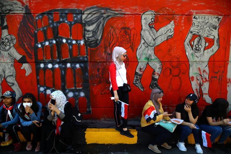 Iraklı kadın göstericiler 1 Kasım'da Bağdat'ta sürmekte olan hükümet karşıtı protesto gösterilerine katılıyorlar. REUTERS / Ahmed Jadallah