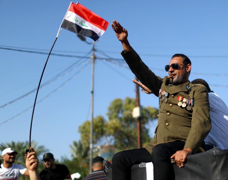 Iraklı bir gösterici devam eden hükümet karşıtı protesto sırasında 1 Kasım'da Bağdat'ta harekete geçti. REUTERS / Ahmed Jadallah