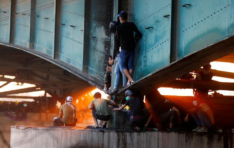 Iraklı göstericiler, 1 Kasım'da Bağdat'taki hükümet karşıtı protestolara katıldıkları sırada köprü altında oturuyorlar. REUTERS / Thaier Al-Sudani