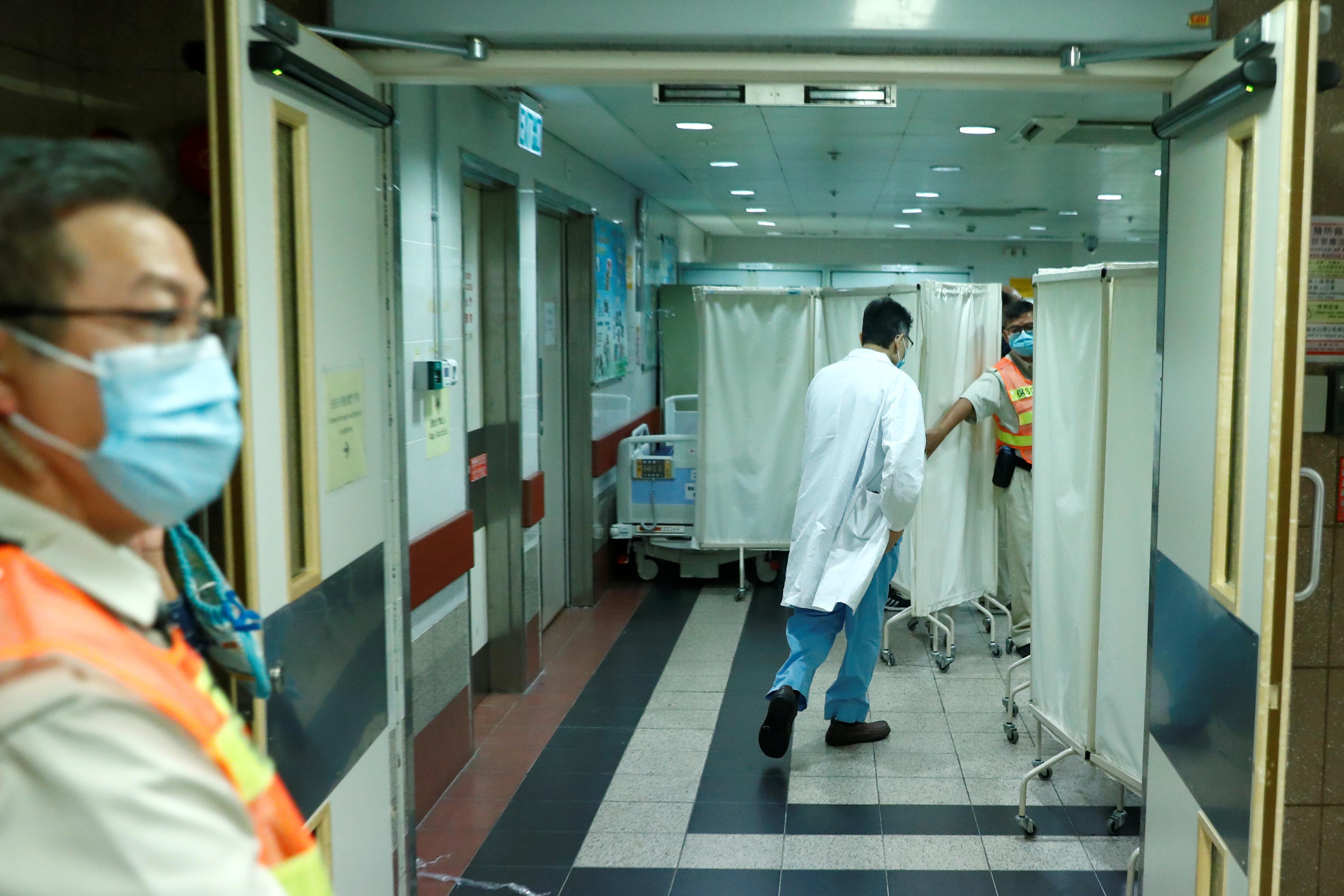 Un étudiant de Hong Kong qui est tombé lors d'une manifestation meurt, de nouveaux troubles sont susceptibles de se produire