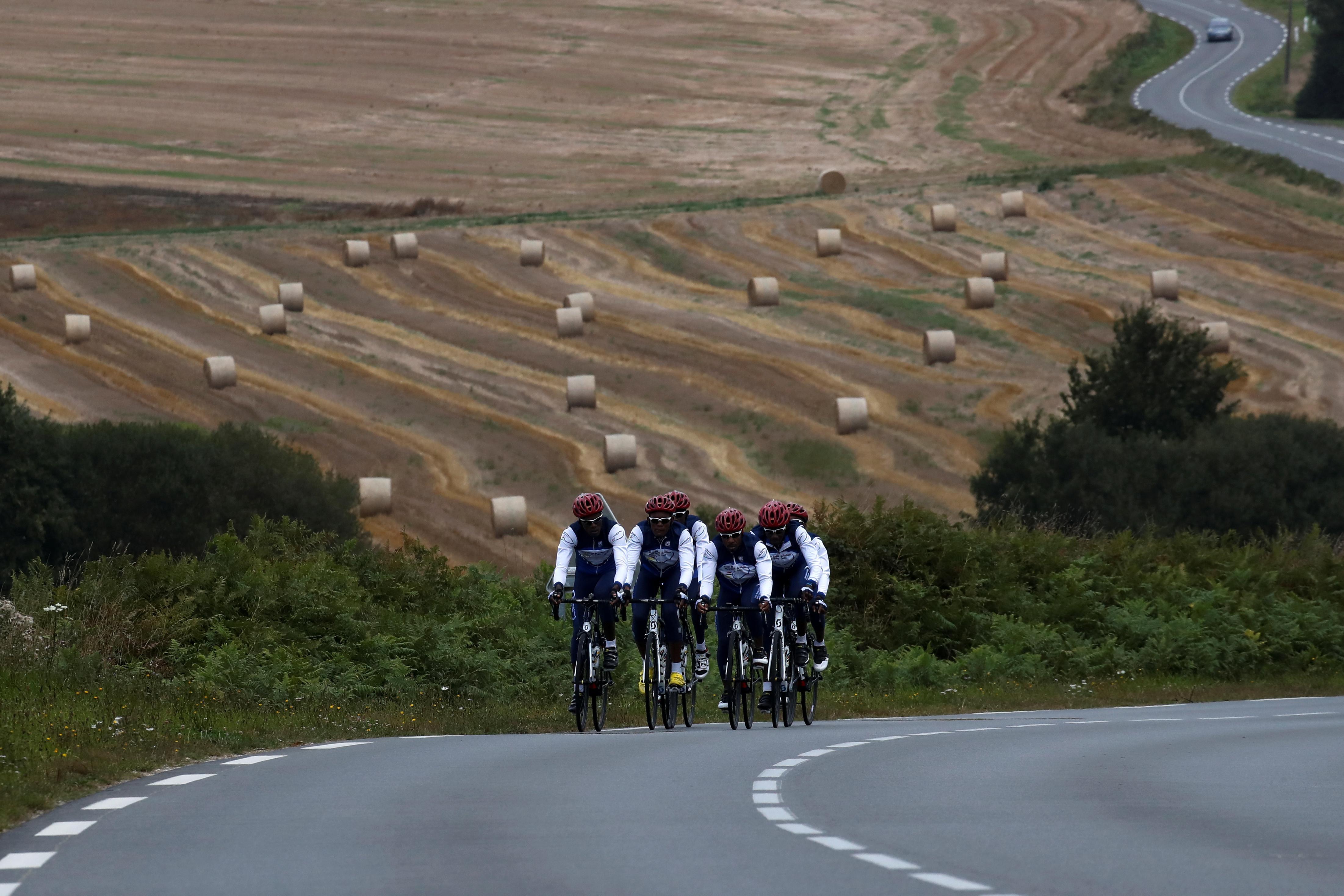 Les cyclistes haïtiens bravent les manifestations et les mauvaises routes sont en course pour l'or