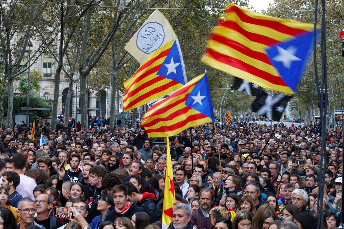 'Freedom for political prisoners,' Catalan separatists chant on election eve thumbnail