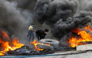Iraqi protesters retake bridge and block port