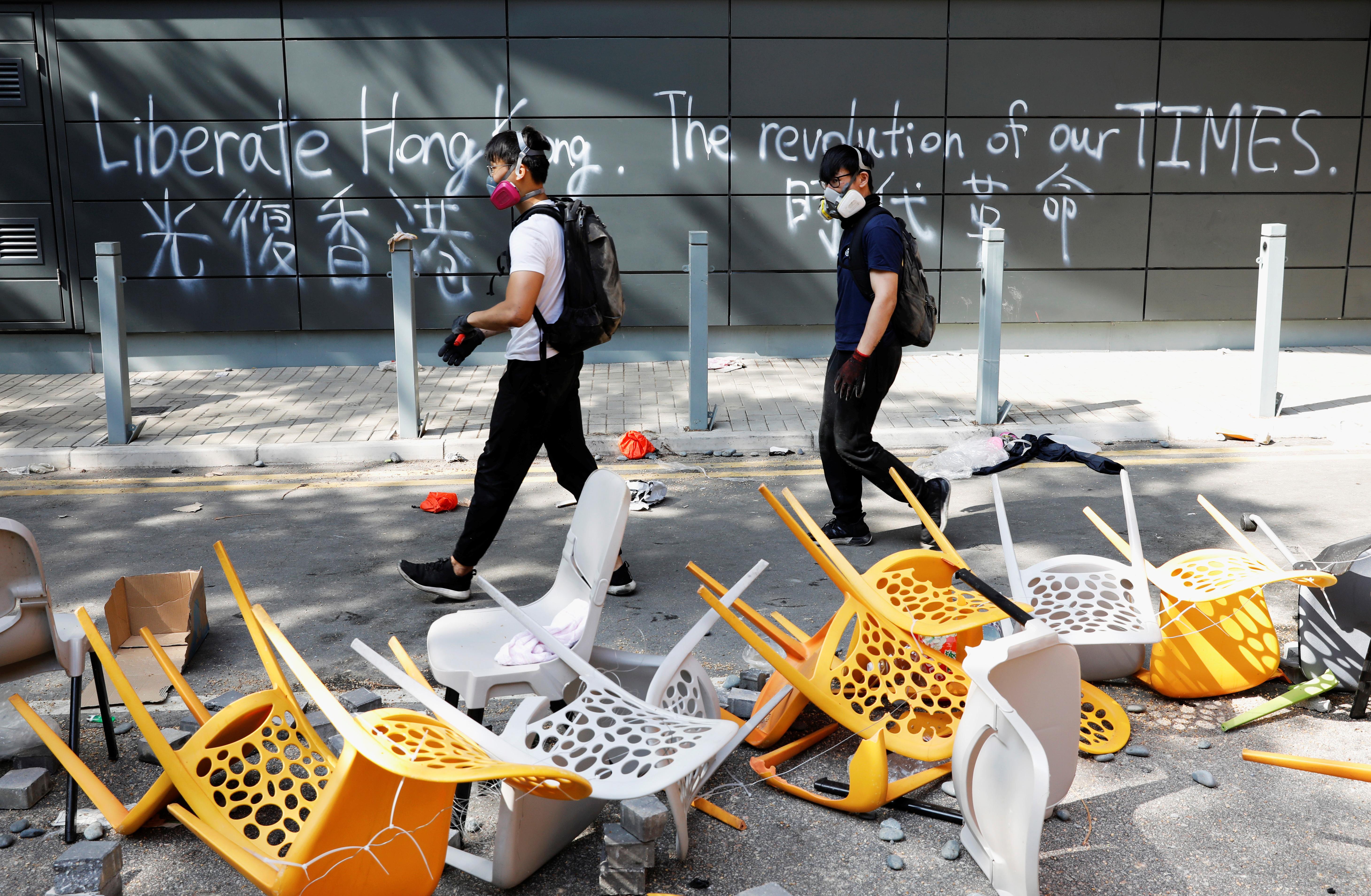 Les sociétés en fuite sur le campus de Hong Kong, entourées par la police, sont confrontées à de moins en moins d'options