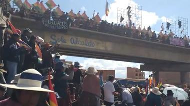 Gente protesta cerca de la planta de gasolina de Senkata en El Alto,...