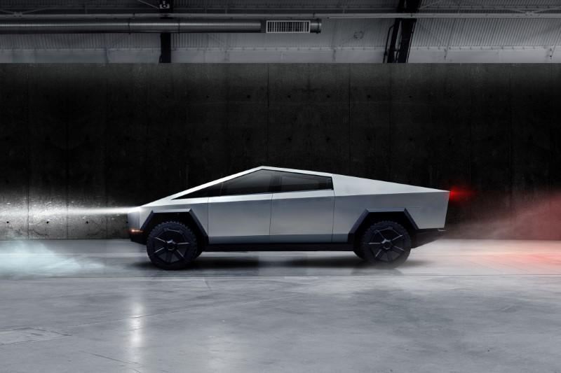 La camionnette électrique de Tesla fait fi de la convention avec un design angulaire et du verre blindé