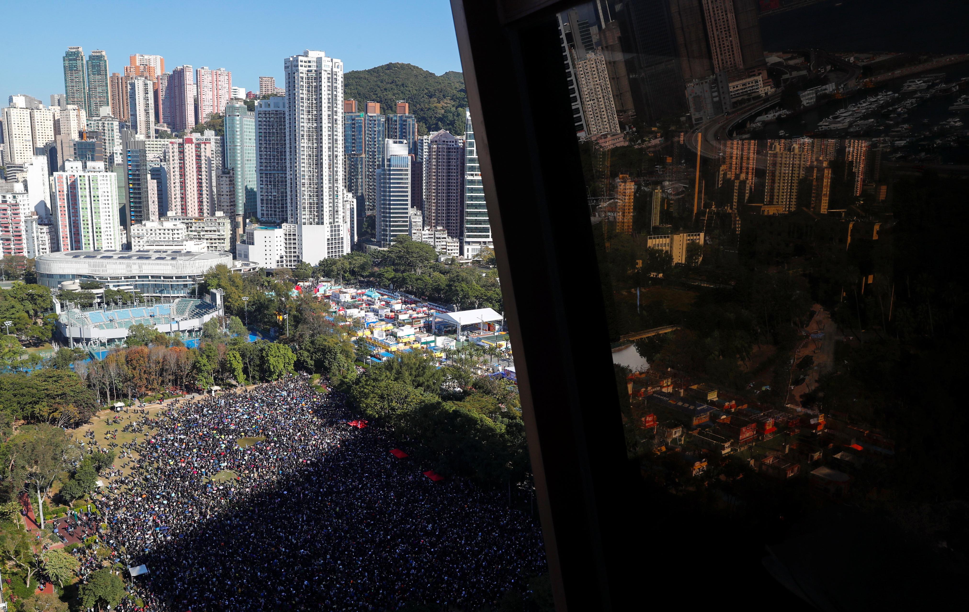 Des milliers de manifestants envahissent les rues de Hong Kong alors que le gouvernement appelle au calme