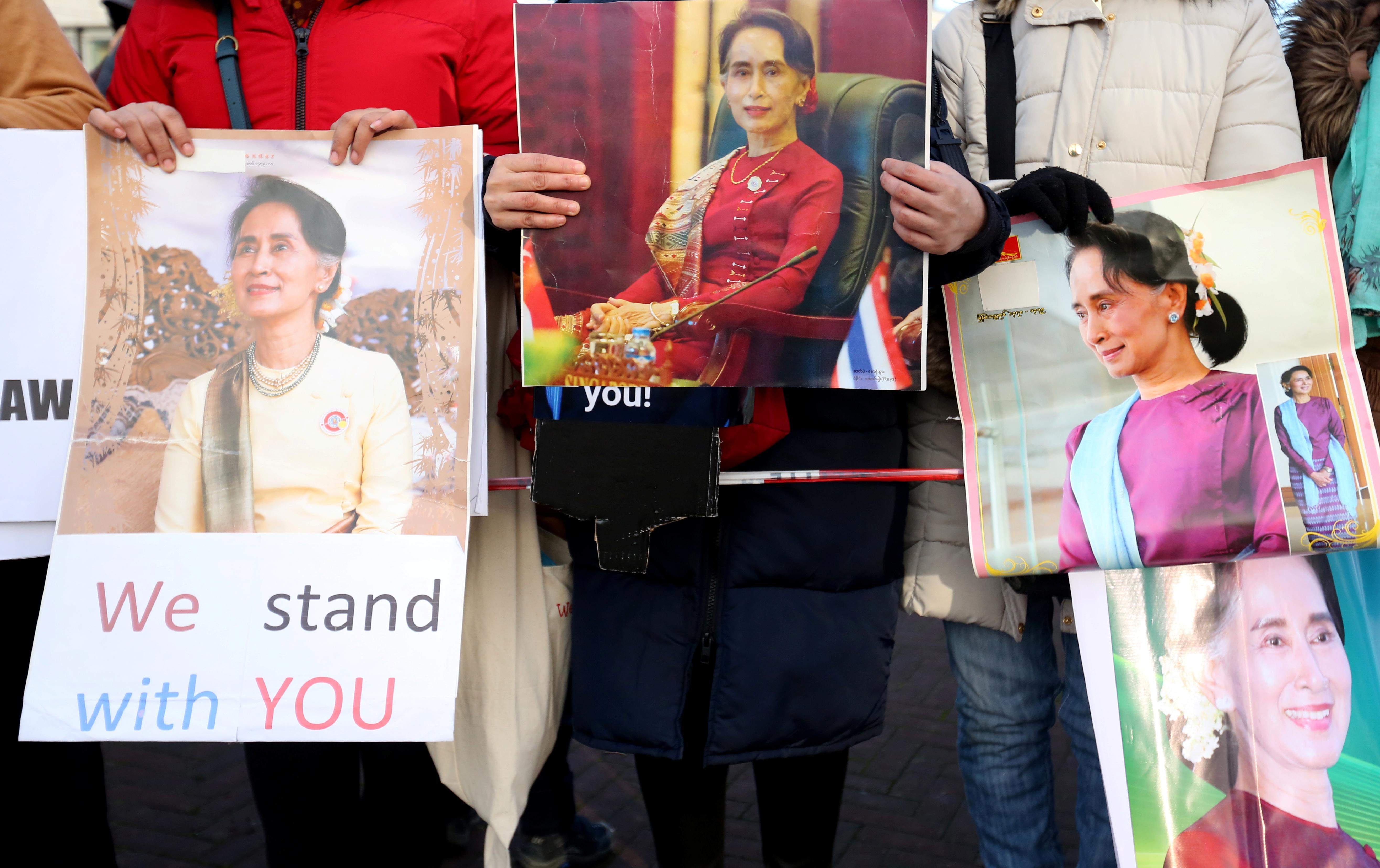 Dans le parc du Myanmar, la foule se rassemble pour soutenir Suu Kyi lors des audiences sur le génocide des Rohingyas