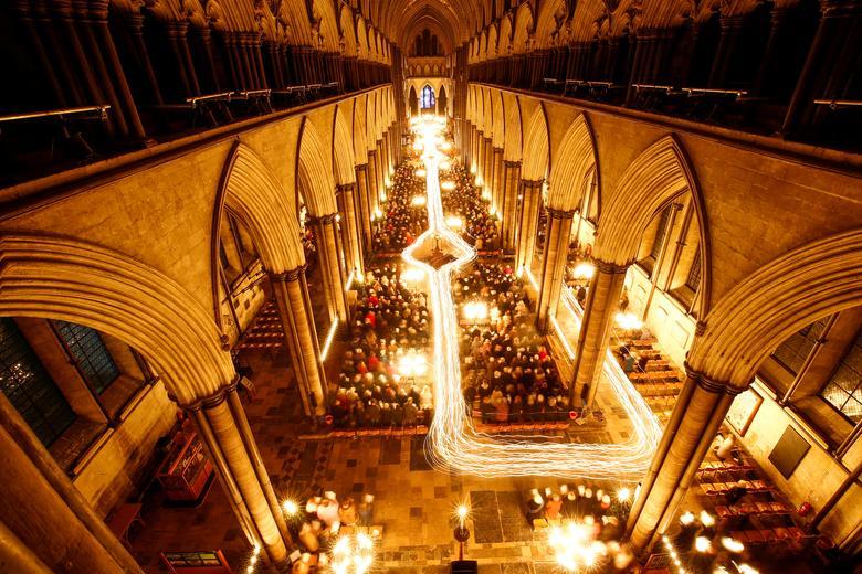 """La Catedral de Salisbury celebra el comienzo del Adviento con un servicio y procesión a la luz de las velas, """"De la oscuridad a la luz"""" en Salisbury, Gran Bretaña, el 29 de noviembre de 2019. REUTERS / Henry Nicholls"""