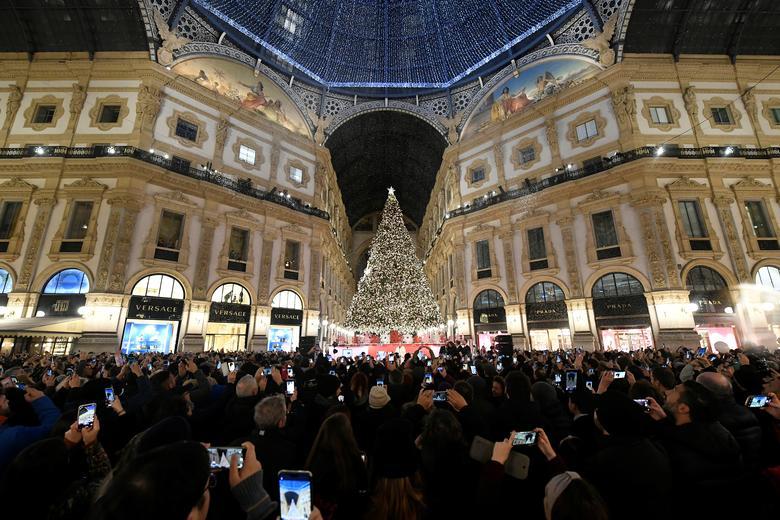 Las personas asisten a la ceremonia de iluminación de decoraciones navideñas y el árbol de Navidad Swarovski en el centro comercial Galleria Vittorio Emanuele II en el centro de Milán, Italia, 1 de diciembre de 2019. REUTERS / Flavio Lo Scalzo