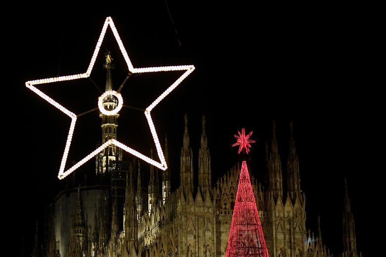 Las luces de Navidad y un árbol de Navidad están representados en la Plaza del Duomo en el centro de Milán, Italia, 6 de diciembre de 2019. REUTERS / Flavio Lo Scalzo