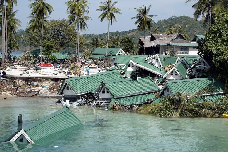 Edificio sumergido cerca del muelle en la Bahía Ton Sai en la isla Phi Phi de Tailandia, 28 de diciembre de 2004. REUTERS / Luis Enrique Ascui