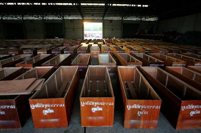 Los ataúdes se colocan en un almacén en el puerto de Phuket, Tailandia, 28 de diciembre de 2004. REUTERS / Luis Enrique Ascui