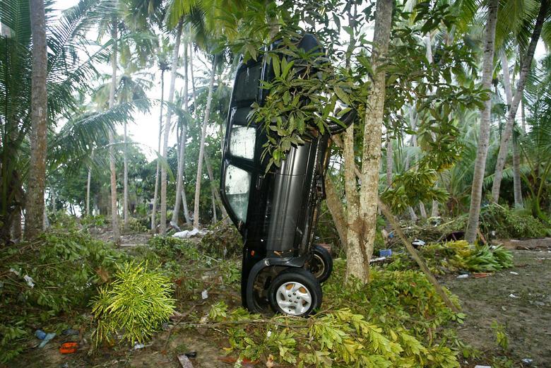 Un vehículo volcado se levanta verticalmente en Unawatuna, en las afueras de la ciudad de Galle, en el sur de Sri Lanka, el 28 de diciembre de 2004. REUTERS / Thomas White