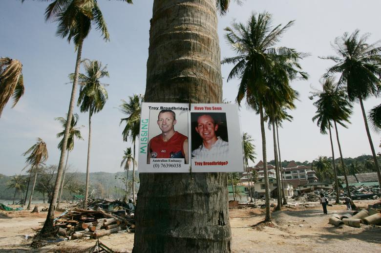 Una foto del desaparecido Troy Broadbridge australiano está pegada a un árbol en la isla Phi Phi de Tailandia el 3 de enero de 2005. REUTERS / Kin Cheung