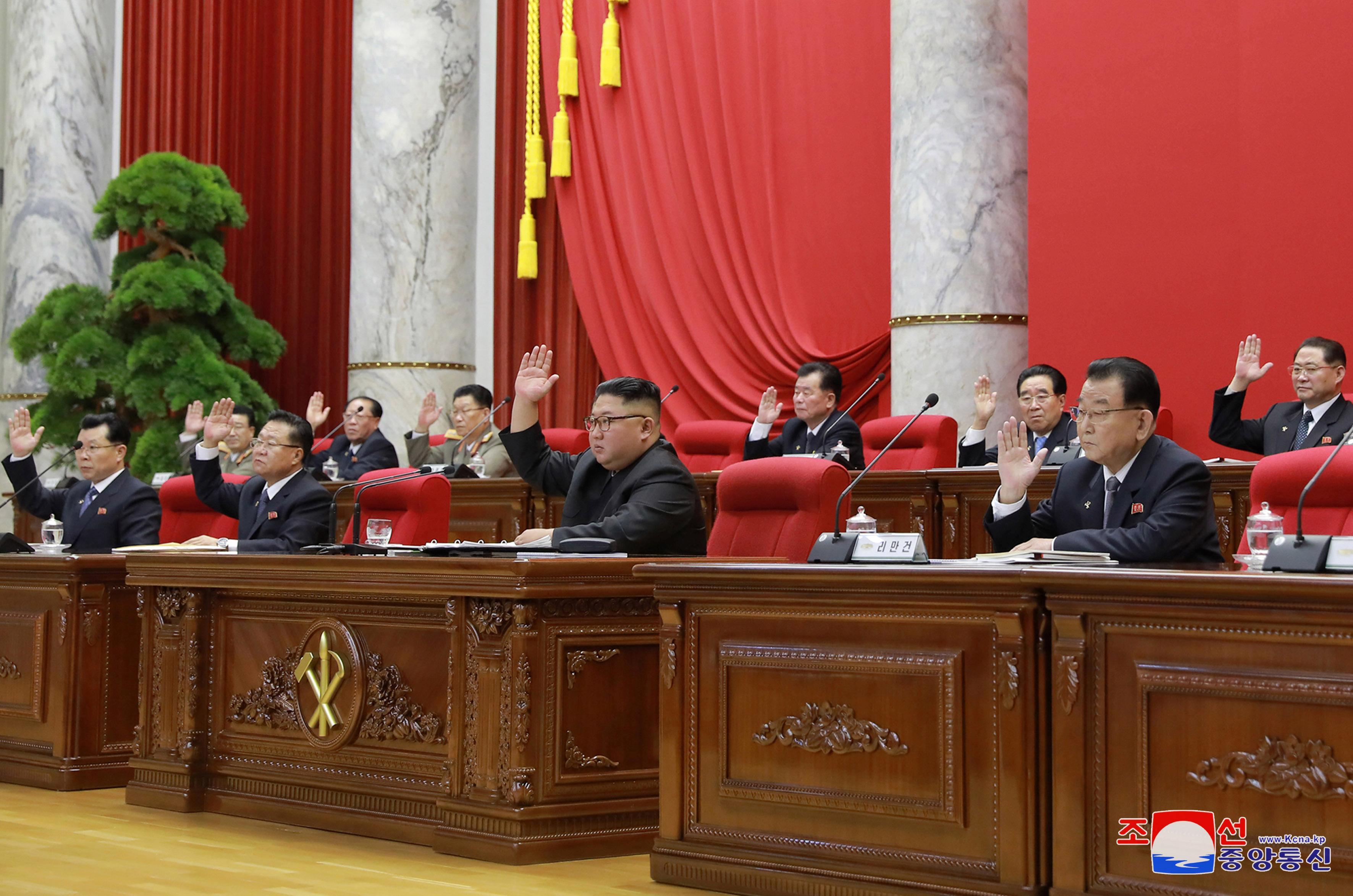 """Le leader nord-coréen promet une """"nouvelle arme stratégique"""", laisse la place aux discussions"""