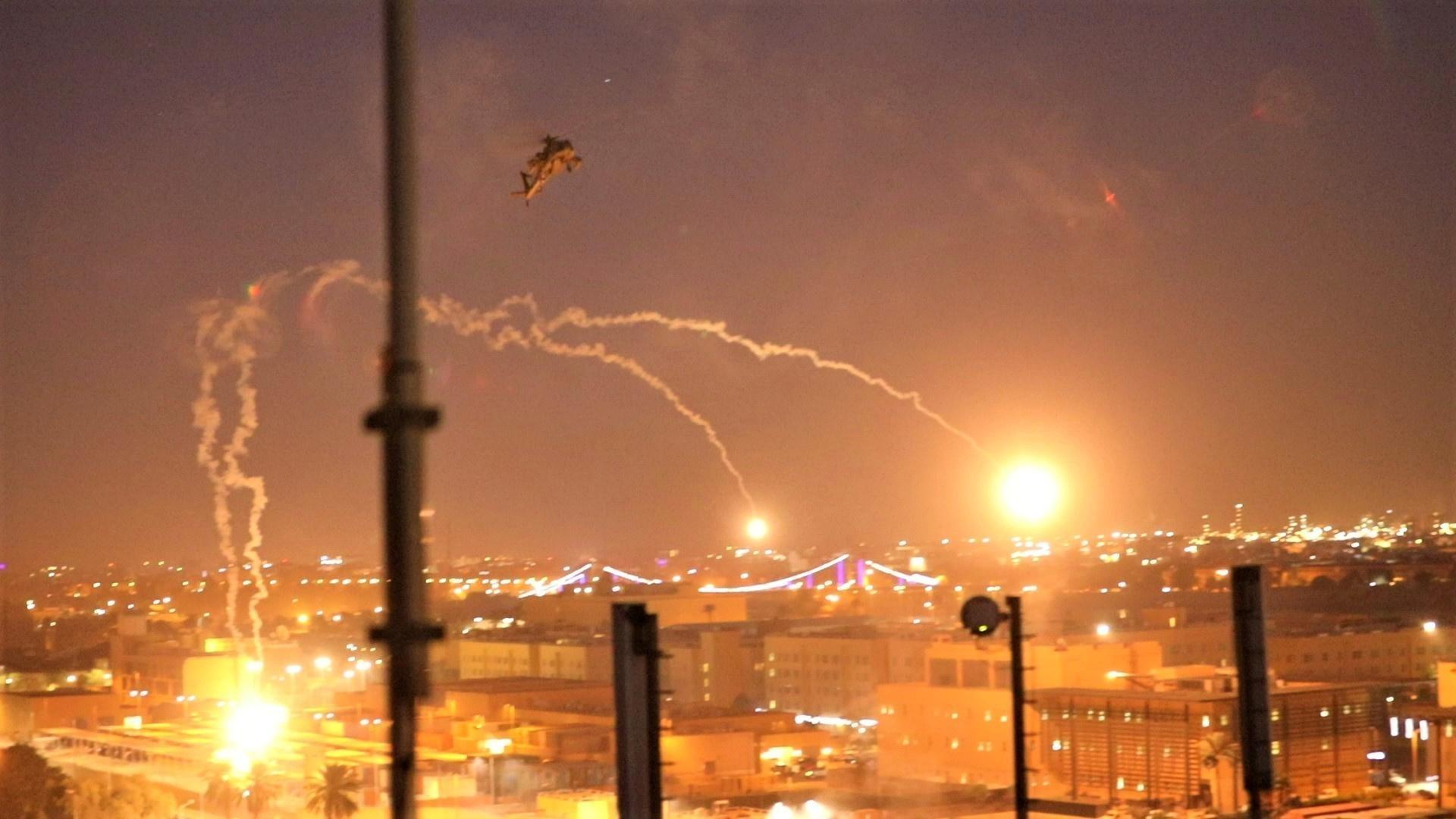 Des manifestants brûlent un poste de sécurité à l'ambassade des États-Unis en Irak; Le Pentagone envoie plus de troupes dans la région