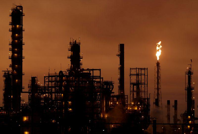 Mexico hedges oil output for 2020 as risks grow