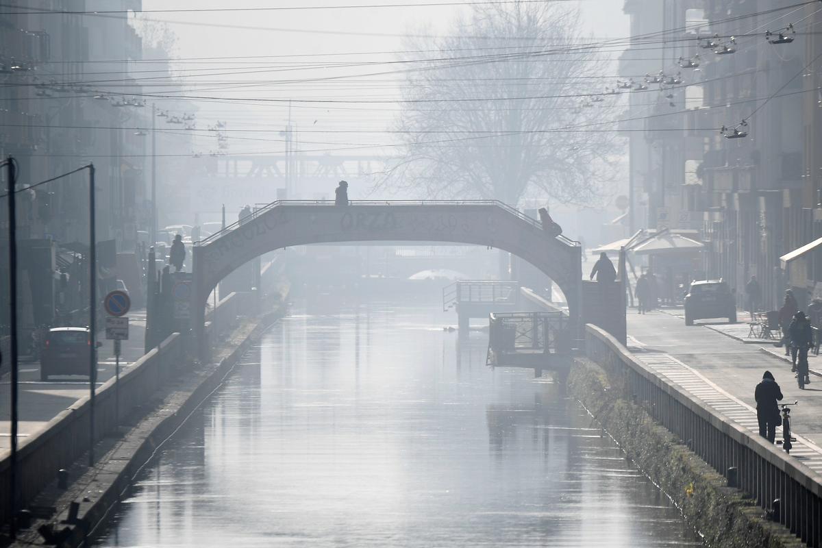 Italy slaps curbs on cars as pollution chokes cities