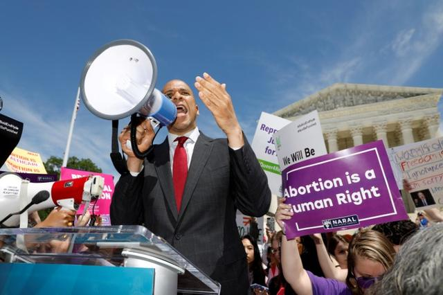 FILE PHOTO: Democratic U.S. presidential candidate Sen. Cory Booker (D-NJ) addresses abortion rights activists during a rally outside the U.S. Supreme Court in Washington, U.S., May 21, 2019. REUTERS/Kevin Lamarque/File Photo