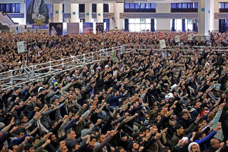 L'Iran Khamenei se tient aux côtés des gardes après les troubles autour d'un avion tombé en panne