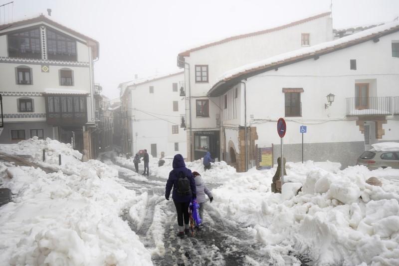 Storm Gloria leaves eight dead, ruins rice paddies in Spain