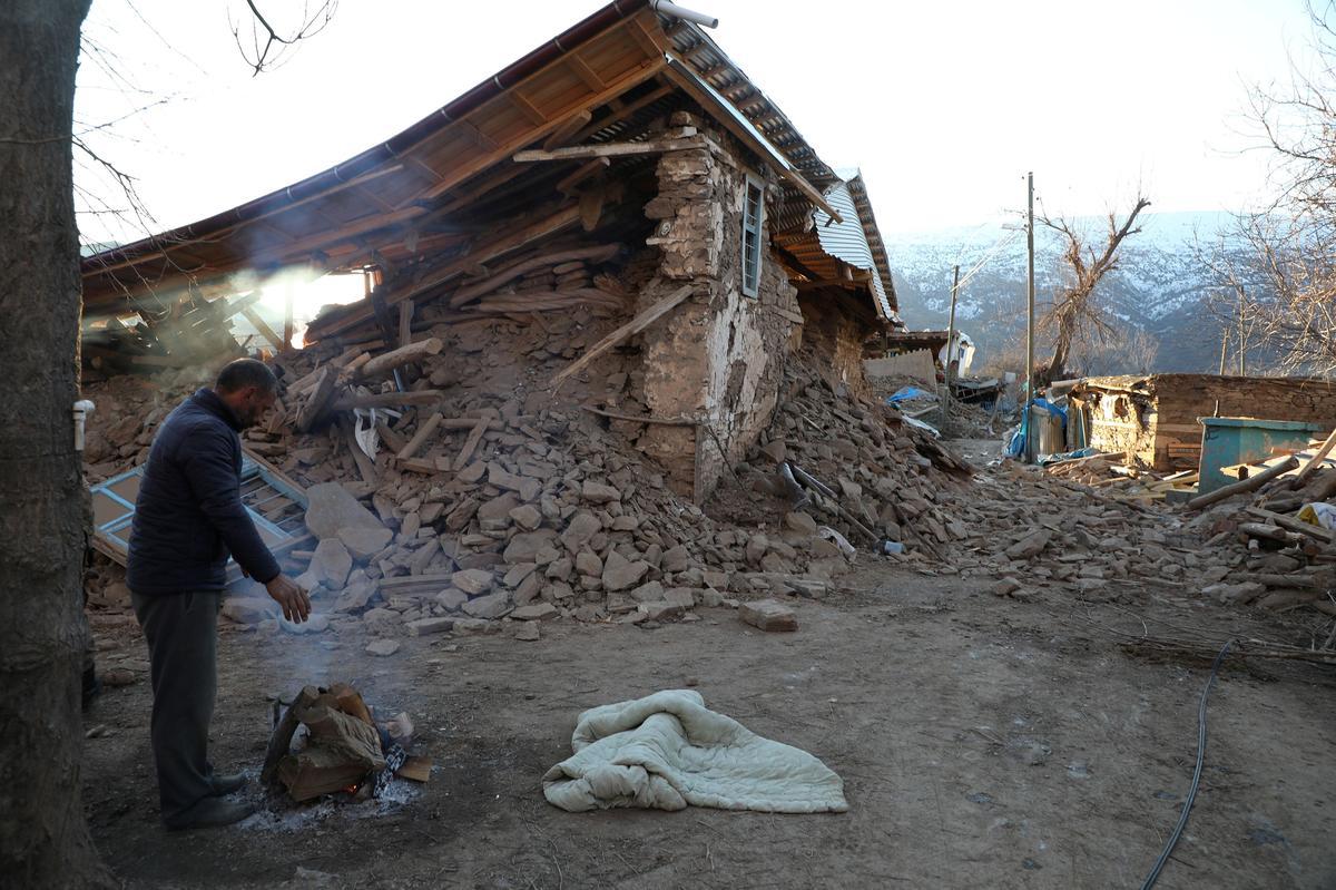 Turkey quake kills at least 22, rescuers dig for survivors