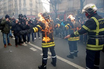 Protesting firefighters clash with police in Paris