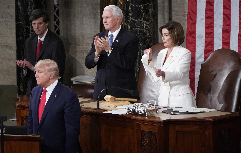 Pelosi déchire le discours de Trump au Congrès alors que le procès pour destitution touche à sa fin