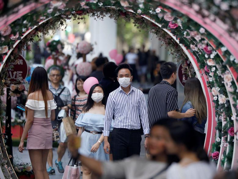 Una pareja celebra el Día de San Valentín en Orchard Road en Singapur.  REUTERS / Edgar Su