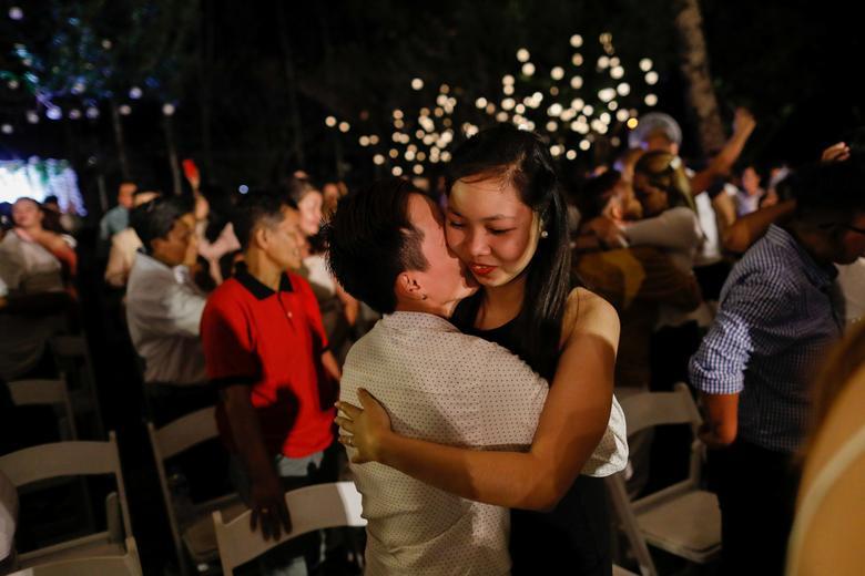 Una pareja del mismo sexo se abraza durante un intercambio ceremonial de votos en un país donde el matrimonio entre personas del mismo sexo sigue siendo ilegal, en el Día de San Valentín, en la ciudad de Quezon, Metro Manila, Filipinas.  REUTERS / Eloisa Lopez