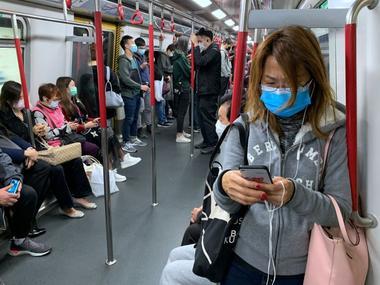 FOTO DE ARCHIVO. Personas usan mascarillas protectoras en el metro, luego...